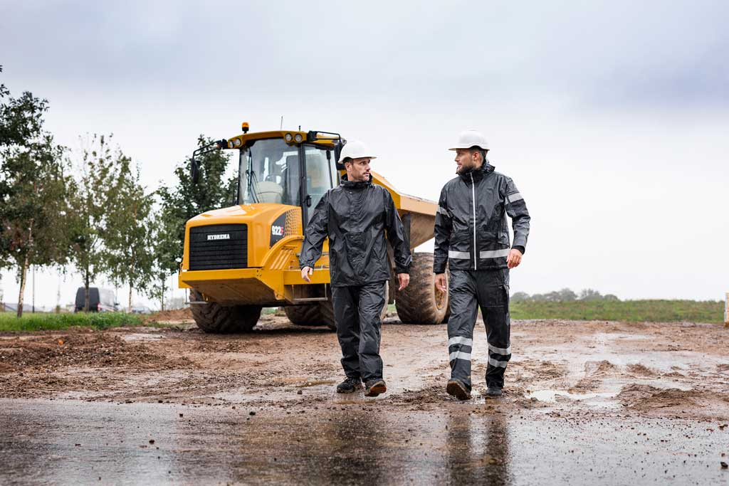 Zwei Männer in Arbeitskleidung auf einer Baustelle